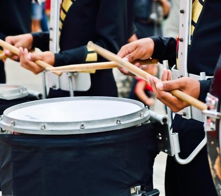 de drummer speelt snare drum in optocht