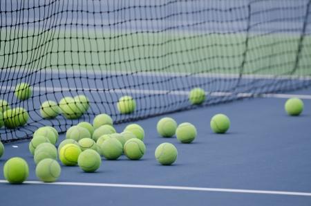 tennis stadium: pelotas de tenis descansa al lado de la red en una pista de tenis Foto de archivo