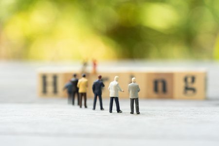 Miniature people, candidates and wooden word block Stockfoto