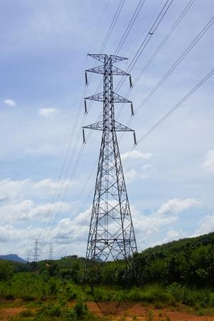 puesto de alto voltaje de la torre cielo de fondo
