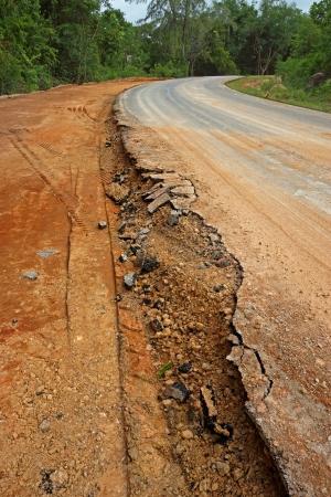 derrumbe: El camino comienza colapso. Foto de archivo
