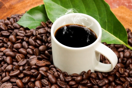grano de caf�: El caf� y el grano de caf� en el fondo de madera