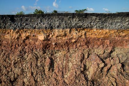 Erozja krawężnika od burz. Aby wskazać warstwy gleby i skał. Zdjęcie Seryjne
