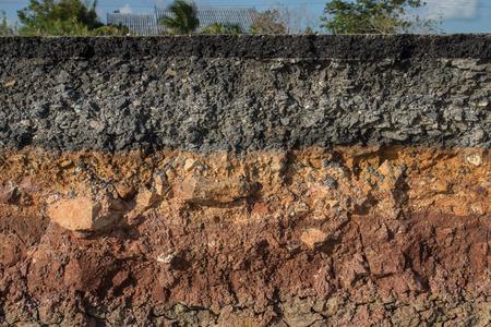 폭풍 연석 침식. 흙과 바위의 레이어를 나타냅니다. 스톡 콘텐츠