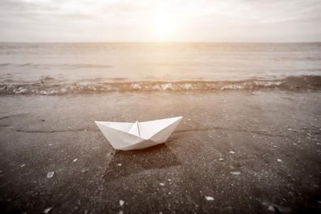 Imagen blanco y negro de los barcos de papel en la playa con la luz del sol. Foto de archivo - 42664705