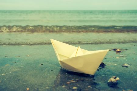 bateau: bateaux en papier sur l'extérieur de la plage Banque d'images