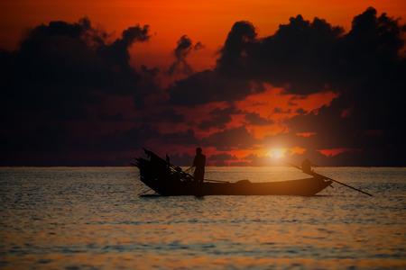 pescador: Hermoso cielo y las siluetas de los pescadores mínima en el mar. Foto de archivo