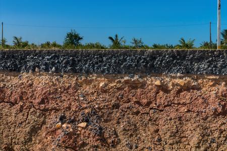 empedrado: Capas de suelo y roca de la carretera Foto de archivo