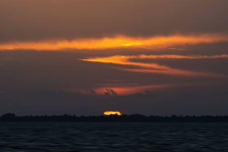 Big Sunset with cloud at the lake in golden hour. Stockfoto