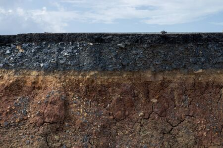 The layers of soil and rock of road with sky background. Foto de archivo