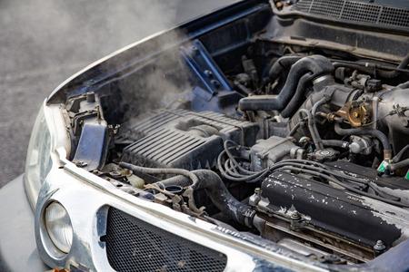 Motore dell'auto surriscaldato senza acqua nel radiatore e nell'impianto di raffreddamento. Macchina per auto surriscaldata Ripartita dal fumo, motore surriscaldato sulla strada. Concetto di problema del motore automobilistico.