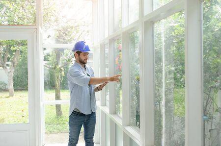 Les ingénieurs ont calculé le budget de construction. Le jeune ingénieur examine la construction. Rénovation de maison ancienne. Architecte vérifiant les détails de conception.