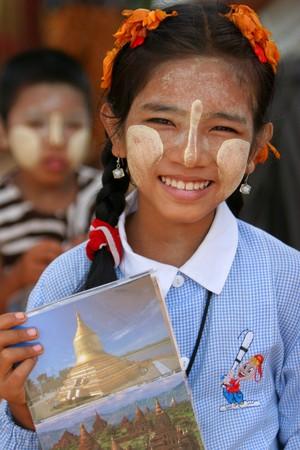 birma: Birmese meisje briefkaart in markt verkopen, 25 mei 2007. in Yangon, Myanmar