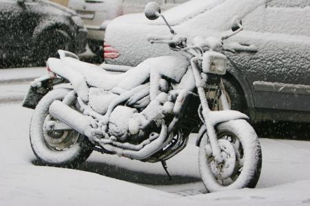 gear  speed: Moto coperti di neve al parcheggio esterno Archivio Fotografico