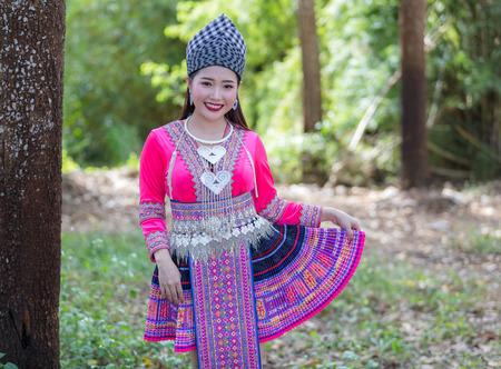 Hmong-Mädchen in schönem Kleid bunt und Mode gemischt zwischen neuer und alter Kultur, wird für das Hmong-Neujahrsfest in Nordthailand handgefertigt Standard-Bild