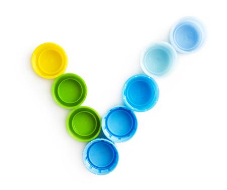 botella de plastico: Marca de verificación de las tapas de las botellas aisladas sobre fondo blanco Foto de archivo