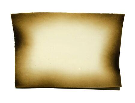 papel quemado: papel quemado en el fondo blanco con trazado de recorte Foto de archivo