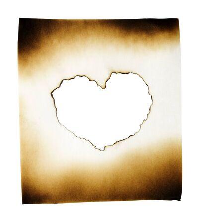 papel quemado: Papel quemado con el corazón en el agujero quemado en el fondo blanco con trazado de recorte