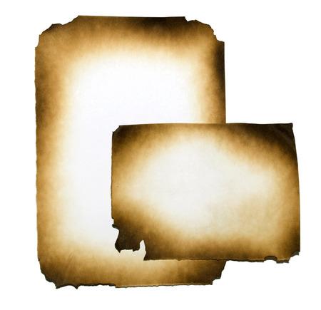 papel quemado: Collage de papel quemado en el fondo blanco con trazado de recorte