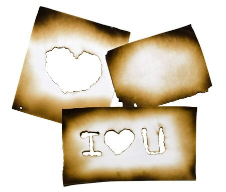 """papel quemado: Papel quemado con el corazón y """"te amo"""" texto en el agujero quemado en el fondo blanco con trazado de recorte Foto de archivo"""