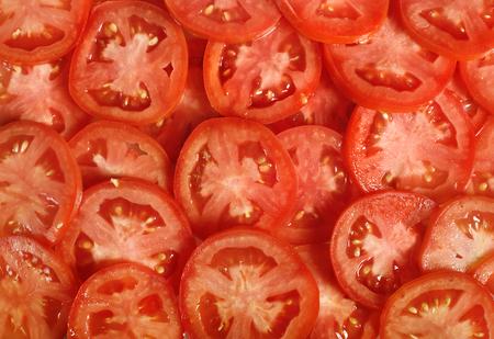 Plakjes tomaat. Natuurlijke achtergrond met plakjes tomaat.