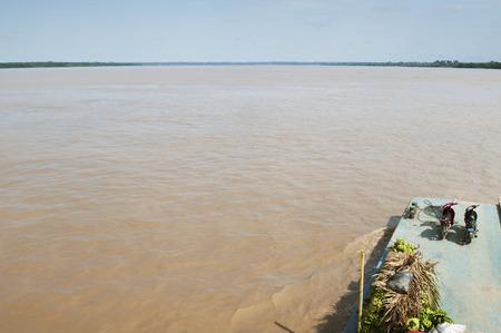 Bateau de transport amazonien sur la rivière amazonienne. Pérou. Amérique du Sud.