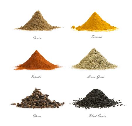Colección de diferentes especias aisladas sobre fondo blanco. Conjunto de condimentos mixtos. Comino, cúrcuma, pimentón rojo, hierba limón, clavo, comino negro.
