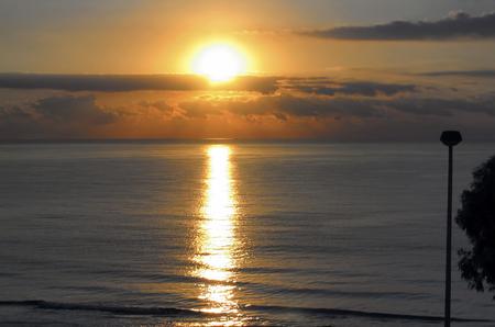 cielo y mar: paisaje del mar Mediterr�neo. Salida del sol asombrosa de Benicasim, Espa�a, en la temporada de fin de verano. El d�a comienza a clarear con algunas nubes en el horizonte.