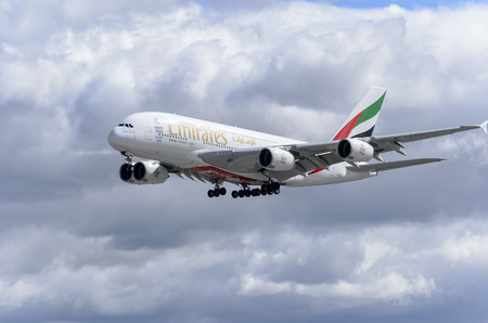 マドリッド, スペイン - 月 05 th 2016: 航空機 - エミレーツ航空のエアバス A380 - 861-- 航空会社は、2016 年 3 月 5 日に - アドルフォ ・ スアレス - マドリード ・ バラハス国際空港に着陸です。世界最大の旅客機です。