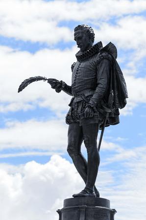 don quijote: ALCALA DE HENARES, ESPA�A - abril 23 de 2016: cuarto centenario de la muerte de Miguel de Cervantes. Detalle de la escultura de hierro, en la plaza de Cervantes, en Alcal� de Henares, el 23 de abril de 2016. Hoy en d�a, muchas de las actividades culturales en torno al escritor de -Don Quijote de l