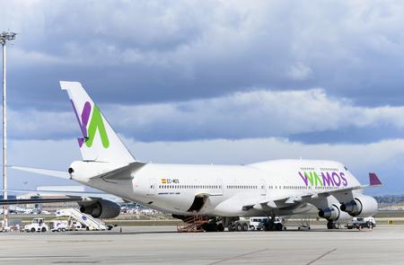 boeing 747: MADRID, SPAGNA - 5 marzo 2016: Jumbo jet -Boeing 747-, di -Wamos Air- compagnia aerea, è parcheggiato al di fuori della pista, in aeroporto di Madrid-Barajas -Adolfo Suarez-, il 5 marzo 2016. Giorno nuvoloso. Editoriali