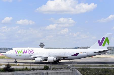 boeing 747: MADRID, SPAGNA - 15 MAGGIO 2016: Aircraft -Boeing 747-, di -Wamos Air- compagnia aerea, in direzione di pista dell'aeroporto di Madrid-Barajas -Adolfo Suarez-, pronto a decollare, il 15 maggio 2016. Editoriali