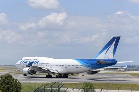 boeing 747: MADRID, SPAGNA - 15 MAGGIO 2016: Aereo -Boeing 747-, di -Corsair International- compagnia aerea, in direzione di pista dell'aeroporto di Madrid-Barajas -Adolfo Suarez-, pronto a decollare, il 15 Maggio 2016. Editoriali