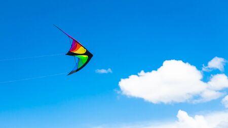 papalote: Gestionado kite-ala como volar en el cielo azul en el festival Foto de archivo