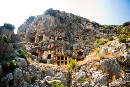 tumbas: Tumbas Lycian alto de las montañas en Myra en Turquía