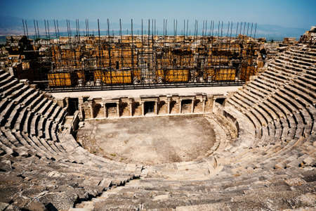 teatro antiguo: Antiguo teatro en ruinas en Hier�polis en Turqu�a Foto de archivo