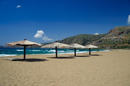 kreta: W�hrend der April ist der Strand von Agios Nikolaos Kreta fast leer.