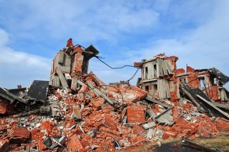 Völlig zerstört ein zweistöckiges Backsteingebäude Standard-Bild - 18153541