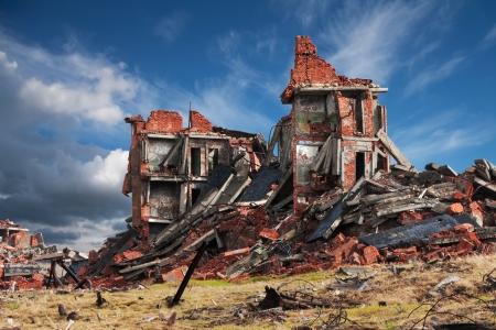 Völlig zerstört ein zweistöckiges Backsteingebäude Standard-Bild