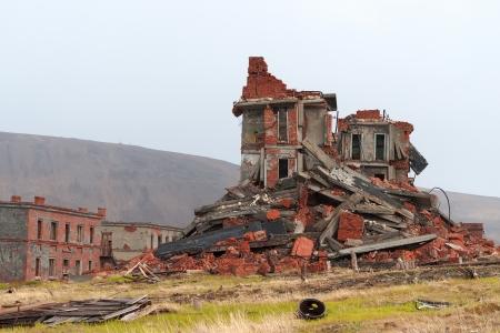 Totalmente destruido un edificio de ladrillo de dos pisos Foto de archivo - 18172952