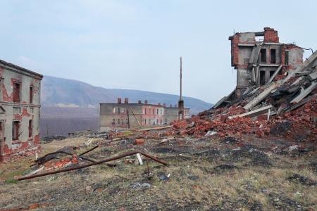 Totalmente destruido un edificio de ladrillo de dos pisos Foto de archivo - 18249792