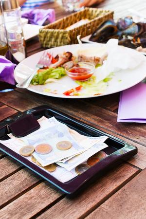 Die Zahlung der Rechnungen für das Mittagessen im Restaurant Standard-Bild - 24173558
