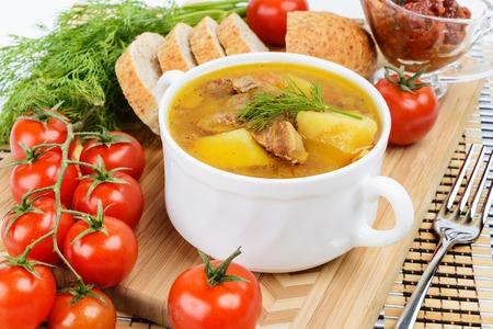 sopa de pollo: Patatas guisadas con carne en una olla de cerámica Foto de archivo
