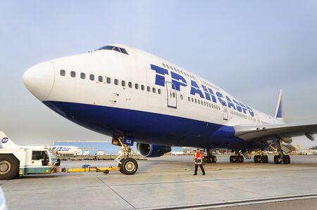 boeing 747: MOSCA, RUSSIA - 26 settembre, 2014: Boeing 747 Transaero rimorchiata alla pista. Transaero Airlines ha cessato di esistere nel 2015.