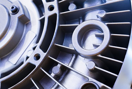 Detail des Elektromotorgehäuses. Die rückseitige Abdeckung mit einer Vielzahl von Lamellen für die Kühlung. Pulverbeschichtet, körnige Oberfläche. Standard-Bild - 59039574