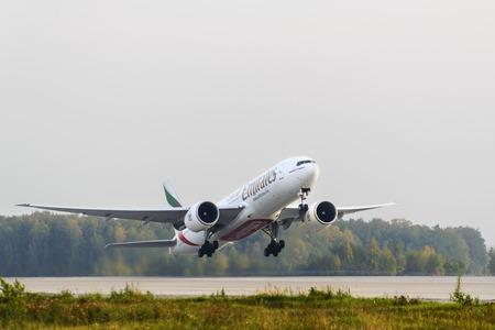 モスクワ, ロシア - 2014 年 9 月 26 日: ボーイング 777-200 のエミレーツ航空はドモジェドヴォ国際空港で離陸します。