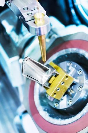 Máquina de electroerosión hace agujeros en la pala de turbina motor de avión enfriado. Foto de archivo - 61384816