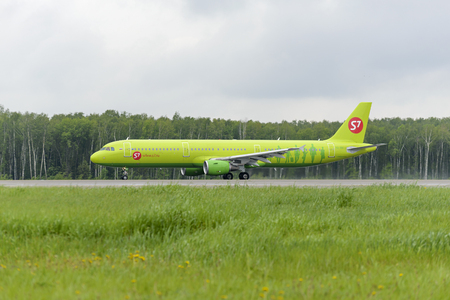 MOSCOW, RUSSIA - MAY 19, 2016: Airbus A321 S7 Airlines take off at Domodedovo international airport Редакционное