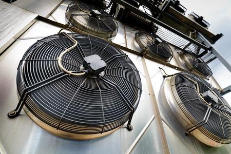 冷却産業エアコン ユニットのクローズ アップ。ファンのクローズ アップ。