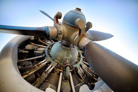 Alte Kolbenflugzeugmaschine, Propeller, Nahaufnahme geschossen Standard-Bild - 69632310
